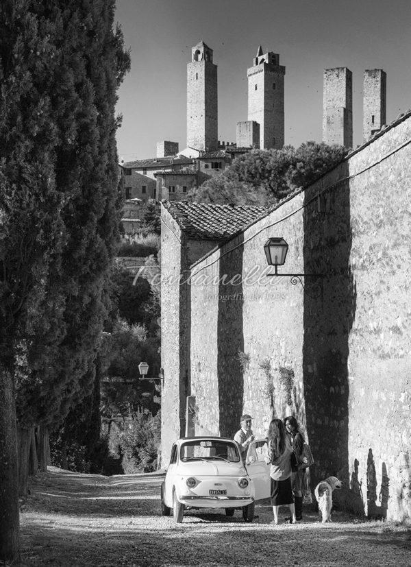 Dietro le mura di San Gimignano con la fiat 500