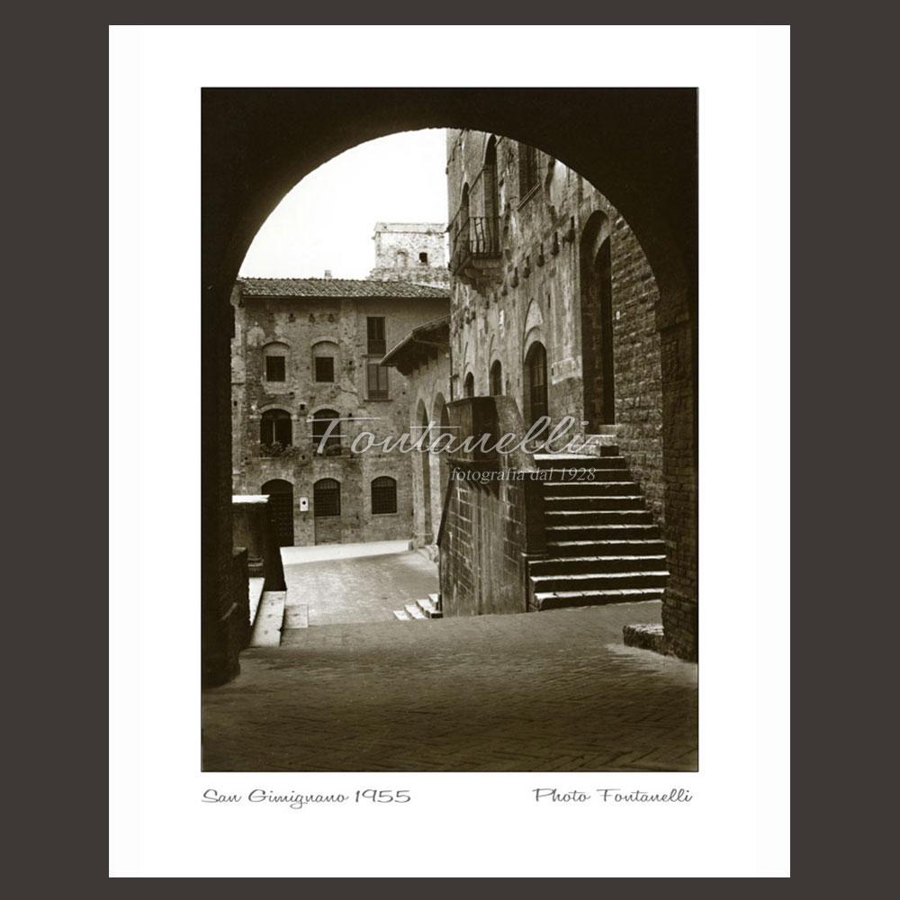 photo of the arch in the piazza pecori san gimignano