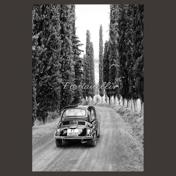 Fiat 500 su strada con cipressi Toscana
