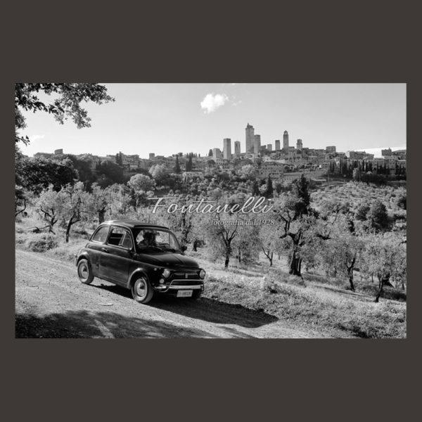 Foto paesaggio di San Gimignano con fiat 500