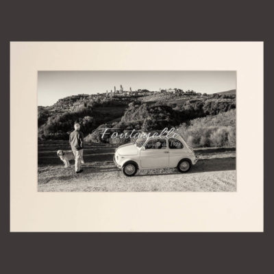 Photo Black and white Fiat 500 in the background  Of San Gimignano