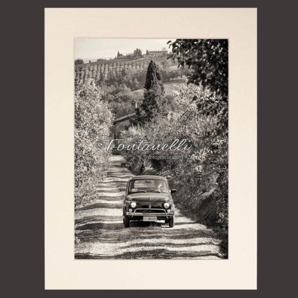Foto in bianco e nero con 500 in campagna Toscana