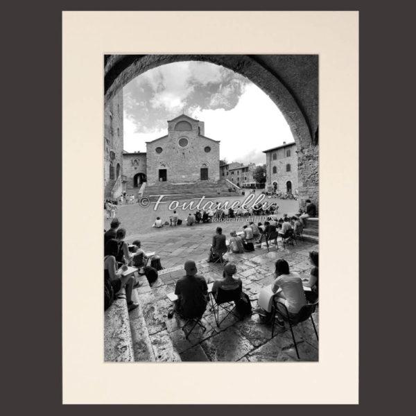 Foto di pittori sotto la loggia in piazza Duomo San Gimignano Toscana