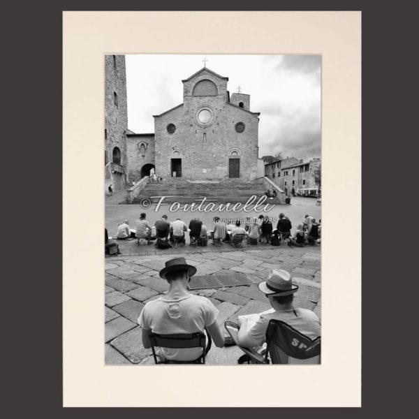 Foto bianco e nero pittori in piazza Duomo San Gimignano Toscana